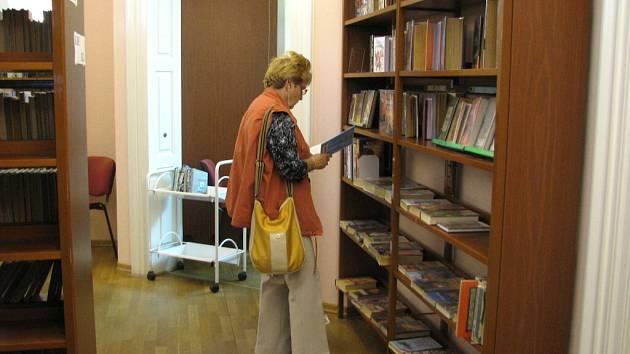 I přes prázdniny si lidé cestu do knihovny najdou. Vědecká knihovna se i v létě těší své tradiční návštěvnosti.