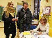Jitka Krupová  s manželem Zdeňkem mají trvalé bydliště ve Zlínském kraji, proto přišli do 67. volebního okrsku v budějovické ZŠ Dukelská s volebními průkazy. Odevzdali je člence volební komise Anně Pojarové.