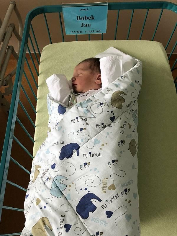 Do Velešína odjel s rodiči Janou a Pavlem Bobkovými novorozený Jan Bobek. Narodil se 23. 9. 2021 v 16.13 h a vážil 3,68 kg. Doma se na něj těšil bráška Pavel.Foto: archiv rodiny