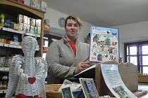 I v malém obchodu v Holašovicích mají na Vánoce na pultu anděla nebo čokoládový adventní kalendář. Na snímku prodavačka Jaroslava Moravcová.