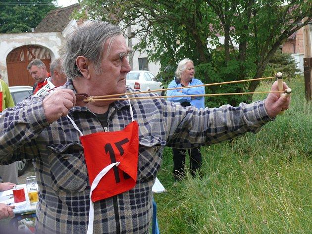Haklovské prakobraní. V Haklových Dvorech stříleli účastníci soutěže z praku