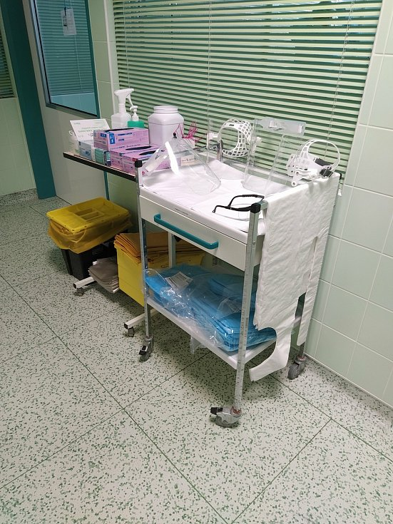 Fotka připravených ochranných pomůcek na JIP interního oddělení v Jindřichově Hradci.