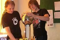 Díky novým učebnám fyziky, chemie a biologie mohou studenti Gymnázia J. V. Jirsíka pod vedením svých pedagogů také experimentovat. Na fotografii je učitel fyziky Jaroslav Koreš (vlevo) se svým žákem.