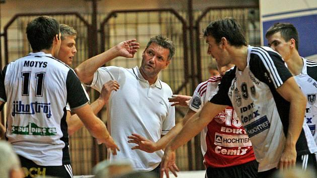 """Do finále by se Jihostroj měl probojovat. Trenér Petr Brom svému týmu věří. """"Bude to ale těžké,"""" tvrdí."""