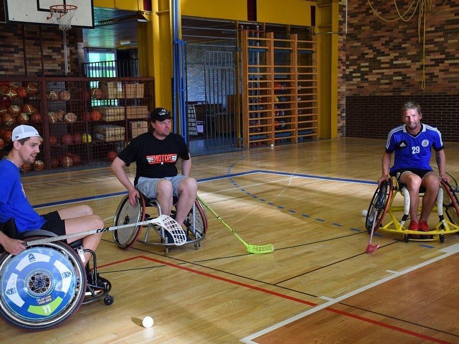 Zleva Ondřej Bláha, Roman Turek a Richard Kalod trénují přihrávky