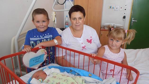 Sedmiletý Kristián a čtyřletá Kačenka se na snímku radují spolu s maminkou Lucií z nového přírůstku do rodiny. V pondělí 24.8.2015 deset minut po 8. hodině přibyl do rodiny chlapec jménem Adam Vojč. Po narození se pyšnil váhou 3,79 kg.