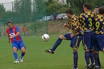 René Klimeš dává v derby z přímého kopu druhý gól Borovan.