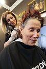 """Vlasová stylistka Petra Čalounová stáhla barvu vlasů lehce o dva tóny.  """"Pak jsem paní Hanu nabarvila na přírodní odstín a maličko přistřihla. Použila jsem profesionální barvu značky Paul Mitchell, která vlasům rozhodně neublíží,"""" říká Petra Čalounová."""