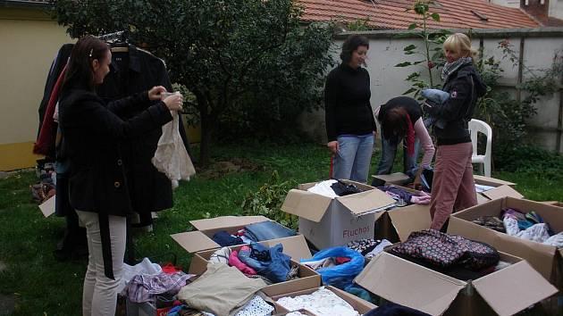 Poradna pro ženy v nouzi Eva pořádá pro své klientky i bazar oděvů a bot.