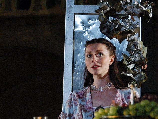 Hlavní ženskou figuru ztvárňuje Věra Hollá.