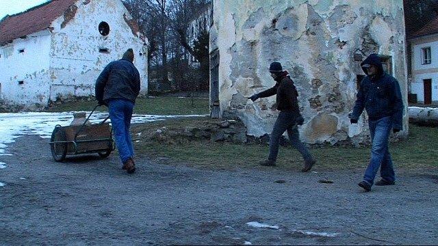 Klienti ve filmu navážejí v konvi vodu. Vlevo řídí kárku herec Jaromír Dulava (Ruda).