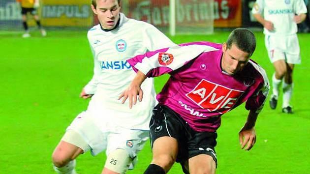 Marek Plichta hrál ve středečním poháru velice aktivně (na snímku uniká Kubáňovi), gól však nedal.
