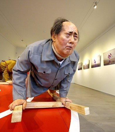Hitler, Stalin, Mao Ce-tung a Kim Čong-un se jako sochy - některé snahými zadnicemi - točí na kolotoči vGalerii Mariánská. Výstavou Odvrácená strana ráje tam provokuje Barbora Bálková.