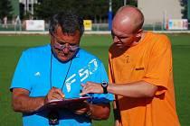 Jindřich Dejmal na tréninku ve Strakonicích spolu s hrajícím asistentem Martinem Leštinou.