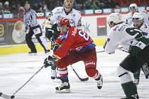 Ondřel Veselý (v červeném) se probíjí karlovarskou obranou. V úterý čeká hokejisty HC Mountfield premiérové vystoupení v extraligovém play out proti Mladé Boleslavi (17.30).