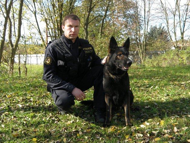 Vedoucí budějovických psovodů podporučík Jiří Frank s ovčákem Witem zadrželi řidiče, který při nehodě zranil dva kamarády.