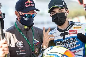 Jakub Smrž (vlevo) se španělským pilotem svého týmu Alexem Carriónem.
