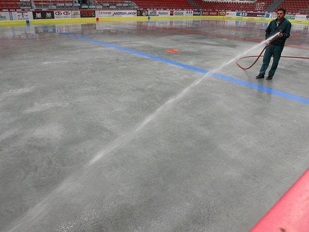 Společnost HC Mountfield znovu míchá kartami v českobudějovickém hokeji.