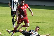 První gól v zápase Dynama s Olomoucí (2:2) dal svou premiérovou trefou v lize Matěj Valenta, jenž na snímku bojuje s Pavlem Zifčákem.