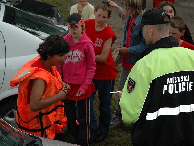 Strážníky českobudějovické městské policie v roli vedoucích si užívají účastníci dětského tábora v Jemčině.