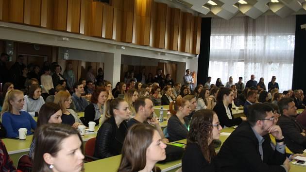 Studenti Jihočeské univerzity zaplnili ve středu aulu. Přednášet přijel guvernér České národní banky.