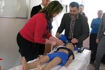Jak pomoci dětským pacientům v ohrožení života, se jihočeští záchranáři učí na speciálním modelu.