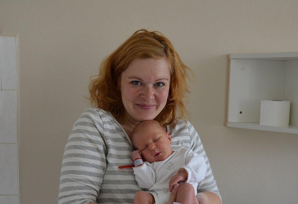 Stela Lopatová z Písku. Dcera Ivy a Luboše Lopatových se narodila 14. 4. 2021 v 15.13 hodin. Při narození vážila 3300 g a měřila 50 cm. Doma se na ni těšila sestřička Adélka (5).