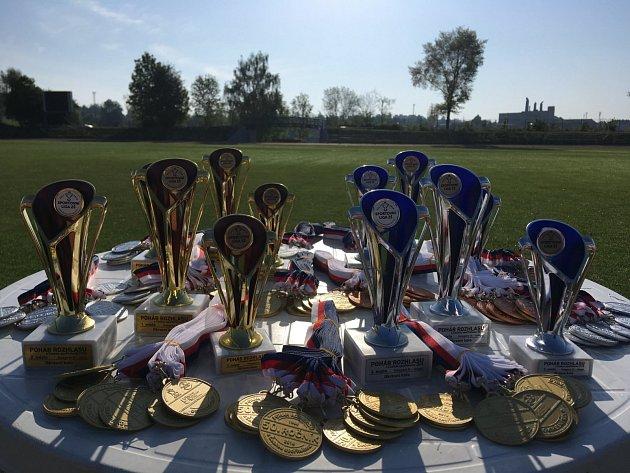 Trofeje pro mladé atlety.