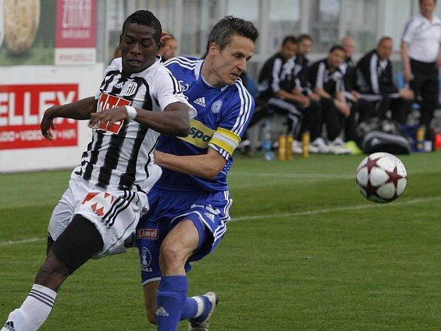 Fernando Hudson v nedělním utkání s Olomoucí bojuje s Janoutkou.