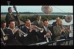 Záběr z filmu Srpnová neděle, který se natáčel v Chlumu u Třeboně. Sklářská kapela.