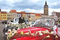 Ke svatbě patří i důkladná výzdoba. Například obřad, ke kterému se sjelo několik automobilových veteránů na českobudějovické náměstí před pár týdny, se mohl pochlubit hned dvěma okvětovanými vozy.