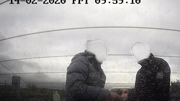 Jednání policistů zachytila i kamera.