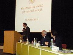 Kandidáti na rektora (zleva) Tomáš Machula, Lubomír Pána a Dagmar Šimková Parmová představili své vize.