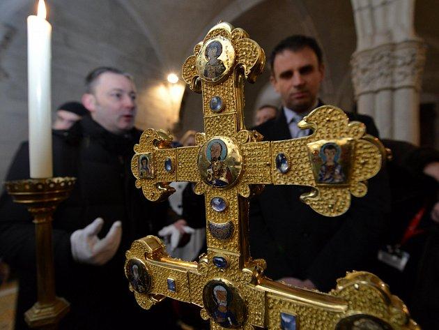 Mniši ukázali fotografům vzácný Závišův kříž. Na snímku hejtman Jihočeského kraje Jiří Zimola a kurátor expozic Jiří Franc.