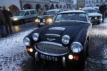 Zimní dálková soutěž The Winter Trial přilůákala téměř sto přihlášených historických automobilů. Snímek je ze startu etapy na náměstí Přemysla Otakara II. v Českých Budějovicích.