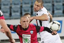 Jan Halama v zápase Dynama s Mladou Boleslaví (0:1) bojuje s hostujícím Nešporem.