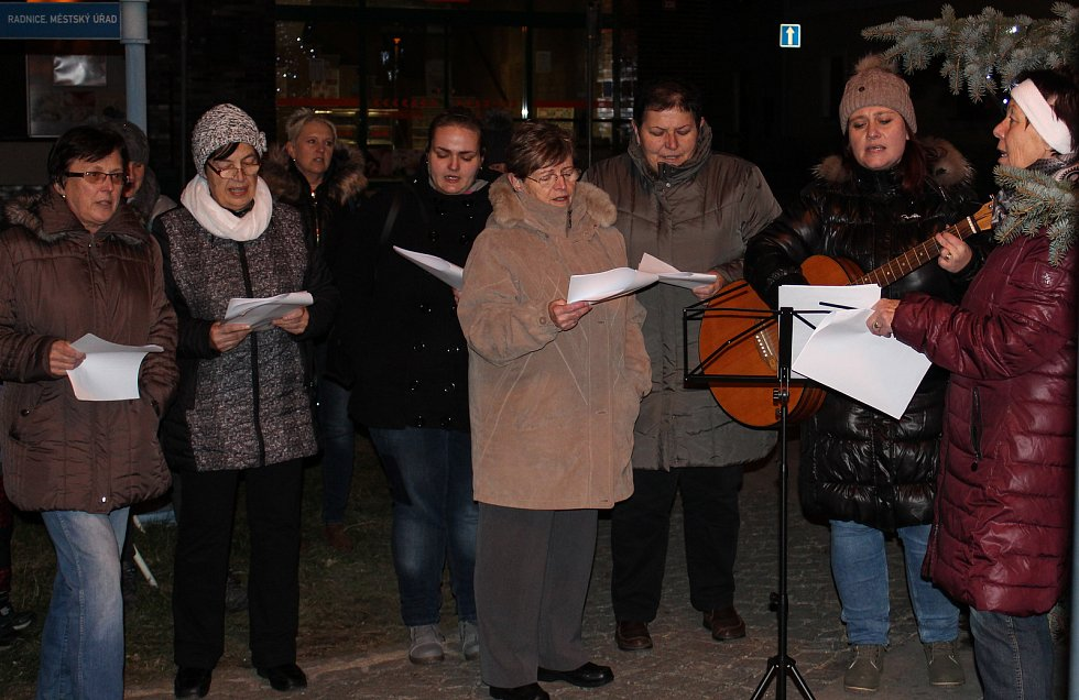 I přes zimu se Novohradští sešli u svého vánočního stromečku. Pro zpěváky zmrzlíky byl připraven i punč.
