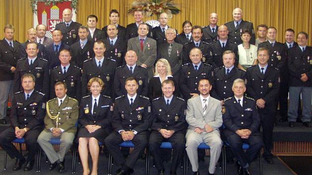 Policisté z jihočeské cizinecké policie dostali v pátek v Českých Budějovicích medaili za věrnost. Mají odsloužených deset, dvacet nebo dokonce i třicet let.