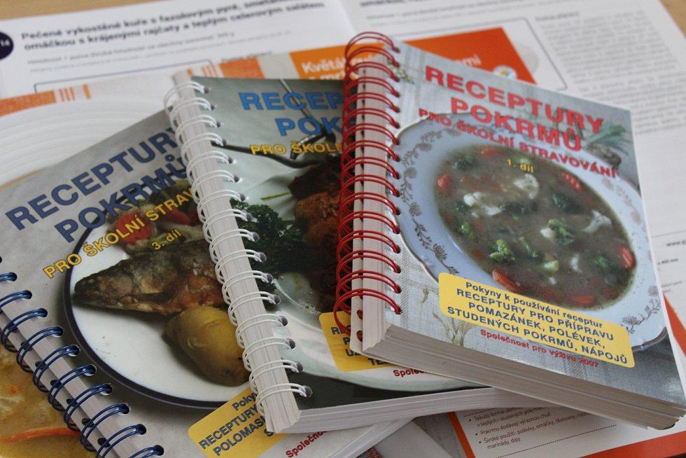 Inspiraci pro recepty nacházejí v brožurách a kuchařkách, na školeních, internetu i pod vedením uznávaných šéfkuchařů. Jídla pak vaří v moderním prostředí.