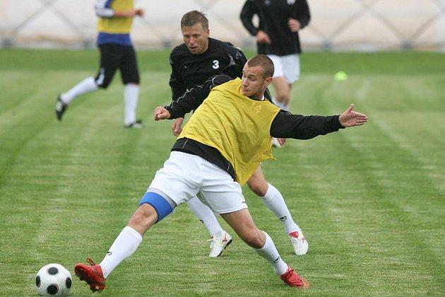 Do každodenní tréninkové dřiny v Dynamu se zapojili už také rekonvalescenti, kteří na jaře svému týmu v I. lize chyběli: jsou mezi nimi i Tomáš Stráský (vpředu) a David Horejš.