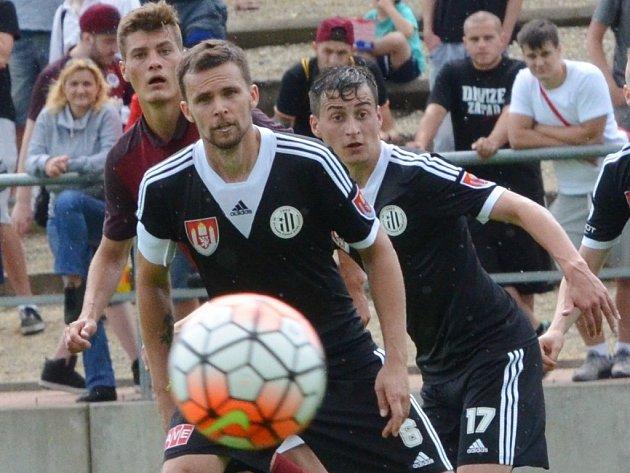 Ondřej Šourek v zápase Dynama se Spartou za asistence Jiřího Fundy odvrací před Patrikem Schickem.