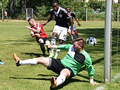 Elvis Mashike v úvodním zápase turnaje v S. Ústí střílí druhý gól Dynama, které nakonec vyhrálo s pořádajícím Sokolem 6:0.