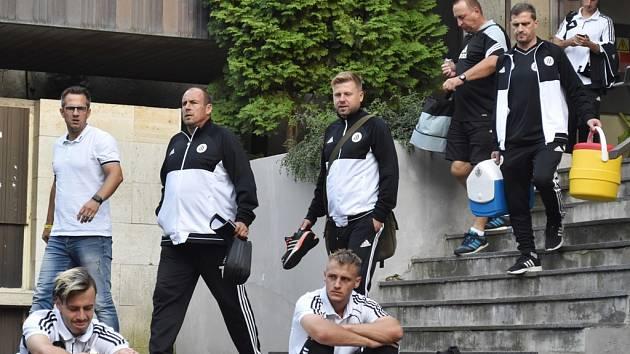 Fotbalisté Dynama po středečním zápase s Olympií Praha opouštějí strahovský stadion.