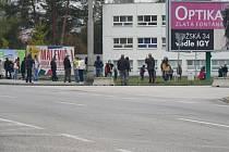 Před Výstavištěm České Budějovice v pondělí 19. října 2020 výrazně přibylo zájemců, kteří se sami chtěli nechat testovat na koronavir.
