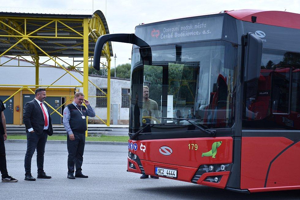 Uniformu budějovického dopravního podniku oblékl herec Václav Kopta při natáčení pořadu Bus Salon.