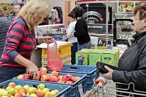 Prodej jablek od Jiřího Hamlíka z Krtel na farmářských trzích v českobudějovickém Ternu.