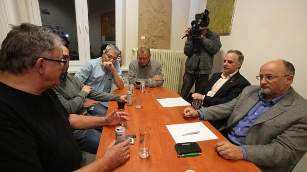 Páteční povolební vyjednávání ANO, ČSSD a KDU-ČSL začalo ve 21 hodin a trvalo necelou hodinu.