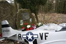 Na setkání u pomníčku amerického pilota Raymonda Reutera přijel i českobudějovický Veteran car club s patnácti jeepy z výbavy americké armády.