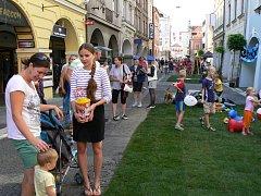 Dvoudenní festival Město lidem, lidé městu v centru Českých Budějovic. Z ulic zmizela auta, dlažbu přikryl umělý trávník a zastínily deštníky zavěšené ve výšce. Mezi domy se konají koncerty, módní přehlídky a další akce.