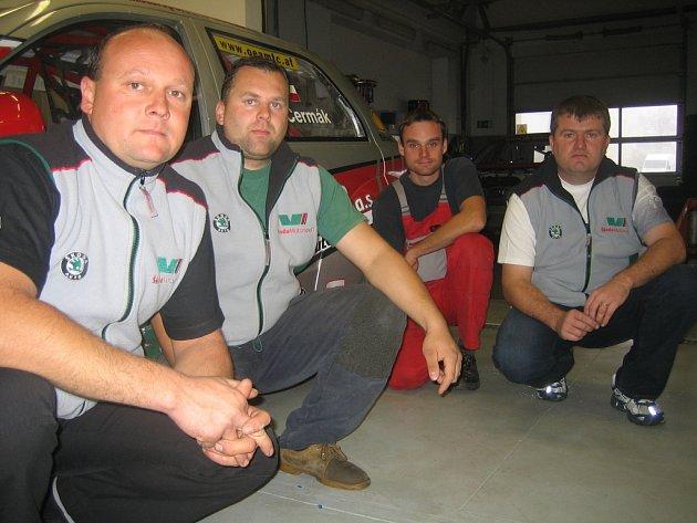Z mistrovského titulu se v týmu CB Motorsport těší i (zleva) mechanik Macho, šéftechnik Strnad, pilot Čermák a logistik  (a kuchař) Faltýn.